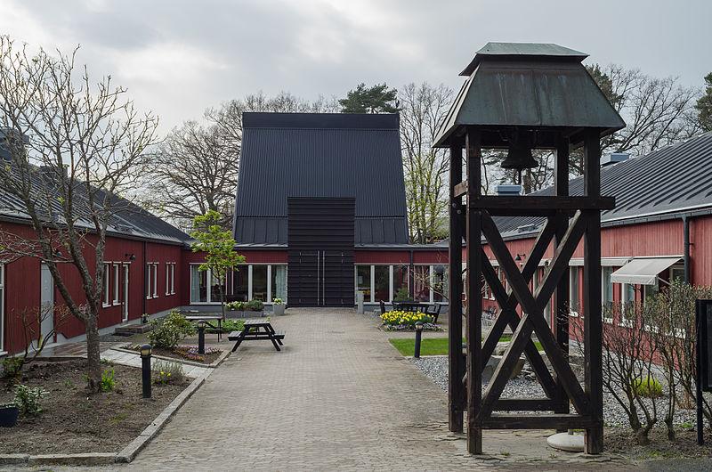 Ekebyhovskyrkan, en röd träbyggnad med fristående klockstapel.