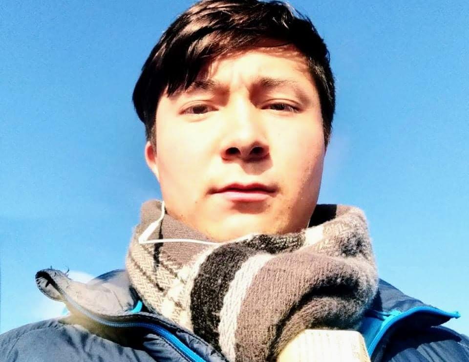 Foto på Hadi Josefi, en ung man. Blå himmel som bakgrund.